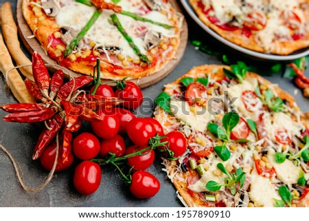 Chilli pappers and tomatoes with pizza in the background - dangerous food for histamin intolerance Zdjęcia stock ©