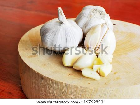 Chinese Garlic on wood circle block
