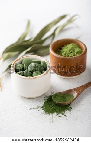 Chlorella pills and spirulina, concept of superfood and detox Foto stock ©