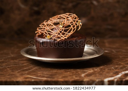 Chocolate cake, cupcake on silver plate on marble background Photo stock ©