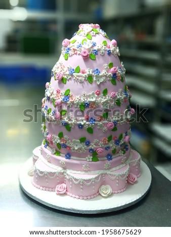 Chocolate cake founded cake taste Tammi and flowers with decoration with flower skin light pink Dami cake Zdjęcia stock ©