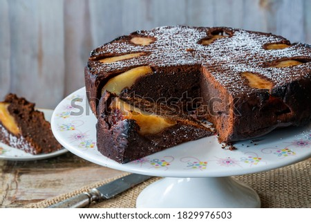 chocolate cake with pears dusted with icing sugar Foto stock ©
