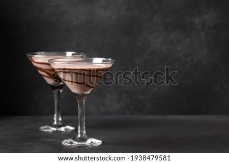 Chocolate Martini Cocktail on dark background, copy space. Mudslide Truffletini cocktail. Foto stock ©