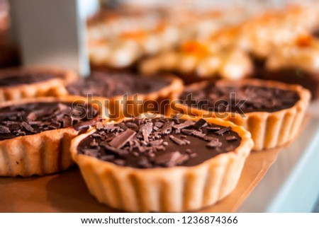 Chocolate tarts on a wooden board Photo stock ©