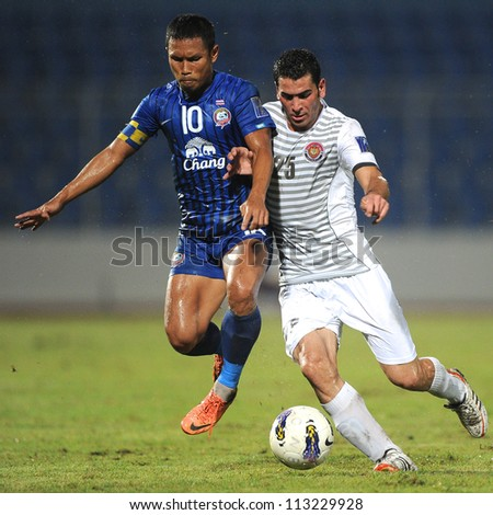 CHONBURI,THAILAND-SEPTEMBER18:Zaher Midani(white)of Al Shorta (SYR)for the ball during the AFC CUP quarter finals between Chonburi fc.and Al Shorta (SYR) at Chonburi Stadium on Sep18,2012 in Thailand
