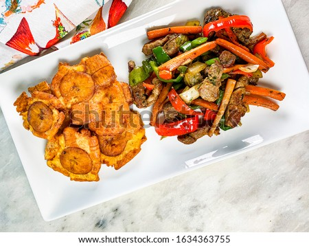 Chopped steak or Bistec Picao and patacones or tostones are fried green plantain slices, made with green plantains, tipical Panamá food, Panamá, Central America Foto stock ©