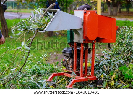 Chopper instrument gardener using shredder portable wood chipper Foto stock ©