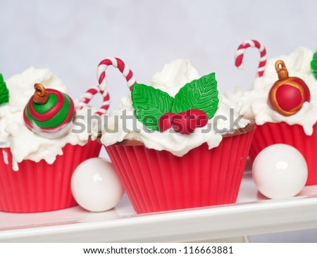 Christmas cupcakes with holly en candy canes