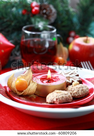 Christmas decoration with small gingerbread and hot drink