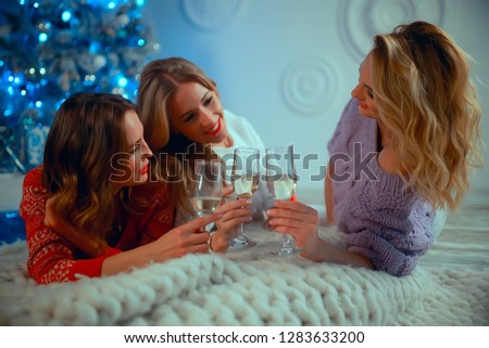 Christmas girlfriend girlfriend / girls drink champagne on New Year's holiday, women on holiday #1283633200