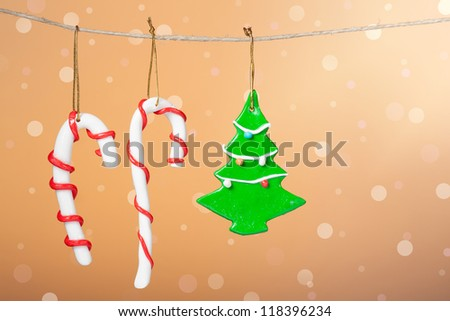 Christmas ornament: Christmas candy and christmas tree with a background of defocused lights