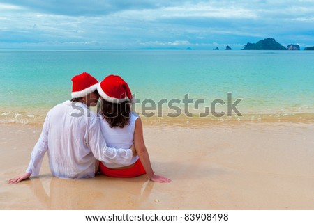 Christmas tropical vacation romantic couple in santa hats for Tropical vacations for couples