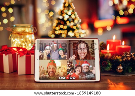 Christmas video call with the family. Concept of families in quarantine during Christmas because of the coronavirus. Xmas still life with a tablet in a cozy room Foto stock ©