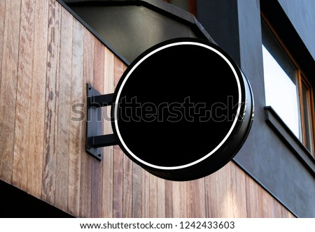 circle mockup of street store template signboard on empty wood wall Foto stock ©