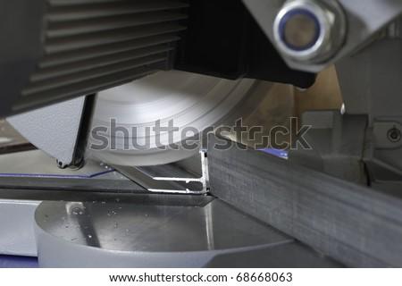 circular saw for cutting aluminum
