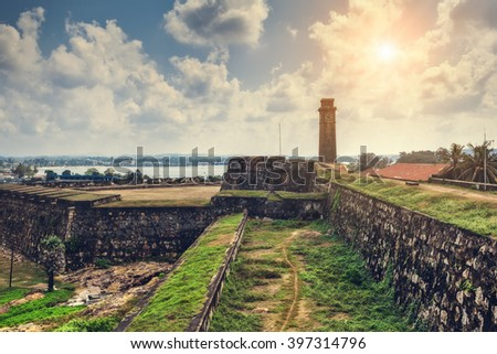 City clock tower in the town of Galle in Sri Lanka. Galle - the largest city and port in the south of Sri Lanka, the capital of the southern province and a popular tourist destination Foto stock ©