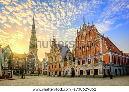 City Hall Square with House of the Blackheads and Saint Peter church in Old Town of Riga on dramatic sunrise, Latvia Photo stock ©