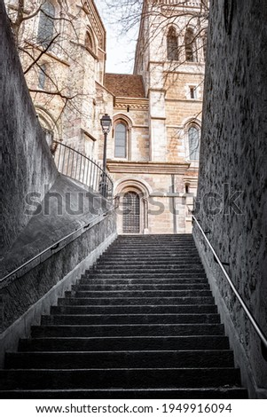 Cityscape of the old town of Geneva early in the morning. Passageway connecting the cathedral to the Place du Bourg-de-Four, in the Old Town of Geneva  Foto stock ©