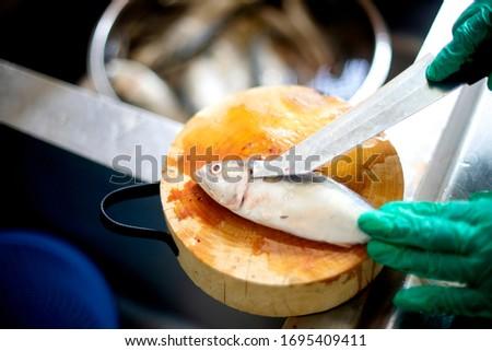 Clean fish Prepare for cooking, fresh rastrelliger or mackerel fish, raw sea food Foto stock ©