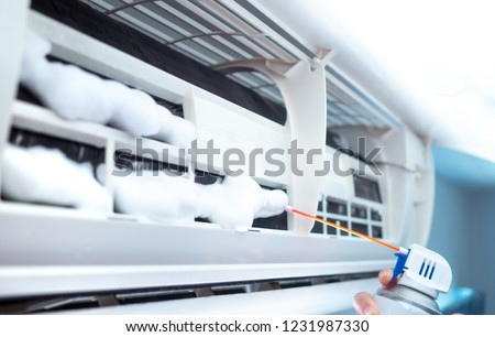 Cleaning air conditioning With air conditioning cleanser