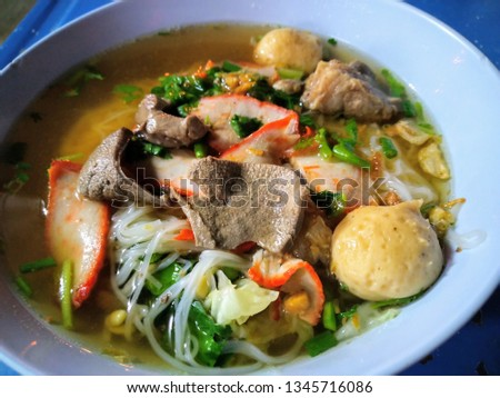 Clear water noodles with chicken and chicken pieces, fresh red meat, and large balls of large amount, large blue plastic bowls #1345716086