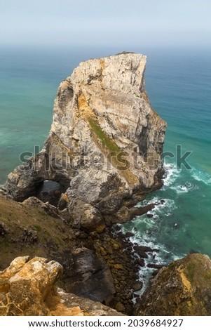 Cliffs on the shore of Atlantic ocean in Cabo da Roca (Cape Roca) in Portugal. Westernmost point of continental Europe Foto stock ©
