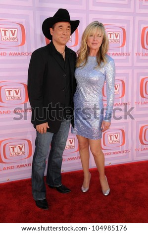 Clint Black and Lisa Hartman at the 2009 TV Land Awards. Gibson