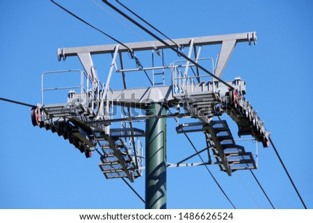 Close sectional view of a pylon for an aerial cable car tramway with its castors and roller systems
