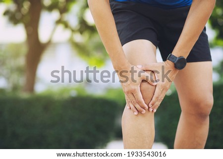 Close up athlete man, Knee pain after exercise .It happens often in athletes practice overtain.In arthritis concept. ストックフォト ©