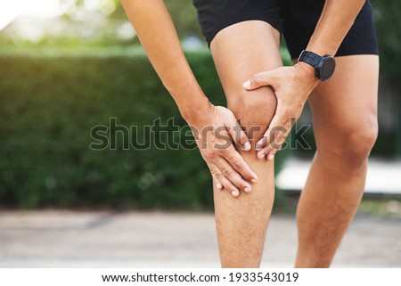 Close up athlete man, Knee pain after exercise .It happens often in athletes practice overtain.In arthritis concept. Stockfoto ©
