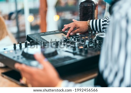 Close up dj hand mixing music at cocktail bar - Party nightlife concept Foto stock ©