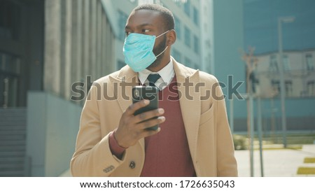 Close up face african american man use phone wear masks stand with box of personal stuff lose a job got fired due to a coronavirus crisis unemployed employment economy slow motion Foto stock ©