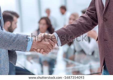close up. handshake of business men on the office background Foto stock ©