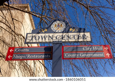 Close up, isolated image of a sign post located in the town center of Rockville, Maryland showing directions of shops, courts and government offices. Rockville is the county seat of Montgomery County. Foto stock ©