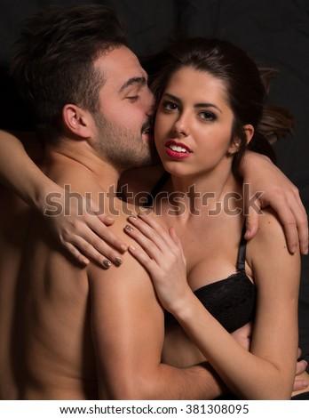 lippen-an-lippen-nacktes-paar-ohne-fotos-fuer