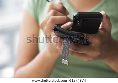 close up of a woman using her cell phone.