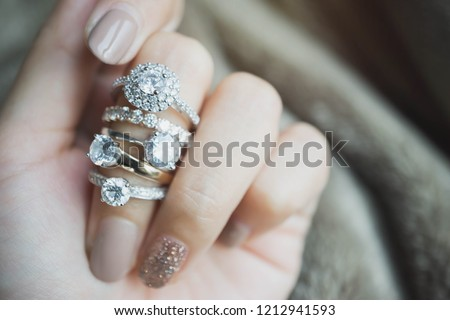 Close up of an elegant diamond rings on woman finger.love and wedding concept.soft and selective focus. Foto d'archivio ©