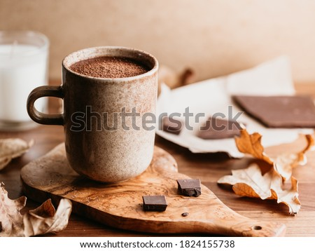 Close-up of hot chocolate in a ceramic mug on the table. Autumn or winter cozy still life. Foto stock ©