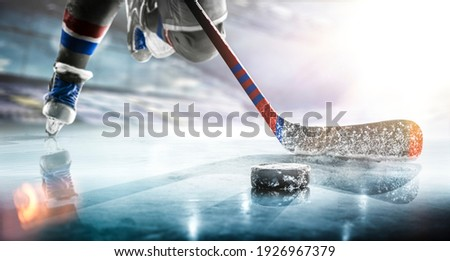 Close up of ice hockey stick on ice rink in position to hit hockey puck. Foto stock ©