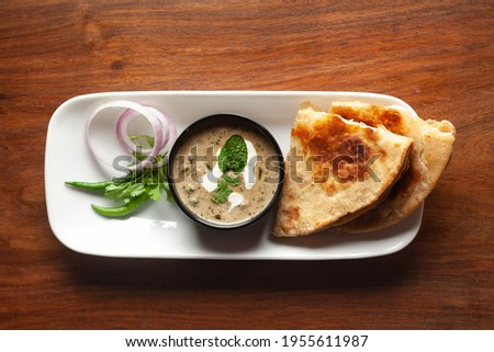 Close-up of Methi, matar malai  with   white curry. Served with paratha or roti. A popular, delicious Indian recipe in black bowl. Foto stock ©