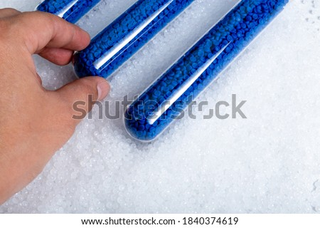 Close-up of plastic polymer granules. hand hold Polymer pellets. polymer plastic. compound polymer. Foto stock ©