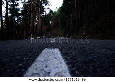 Close-up of the road lines, Puerto de Navafría, Segovia, by Fermín Tamames Stok fotoğraf ©