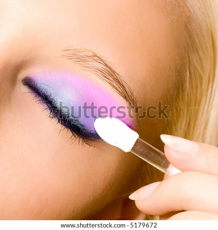 Красив грим Stock-photo-close-up-of-young-beautiful-girl-make-her-make-up-with-brush-5179672