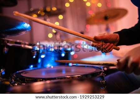 Close up on hands of unknown caucasian woman with drumsticks - unknown female playing drums at night Stockfoto ©