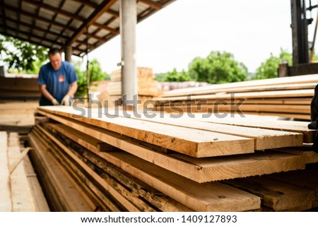 Close up on stack of rough sawn timber pine lumber planks construction material Foto stock ©