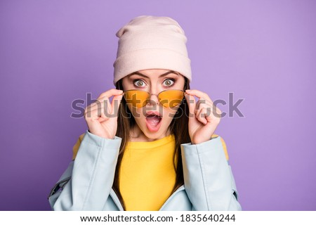 Close up photo of astonished girl see unbelievable novelty stare, stupor impressed shout wow omg wear good look outfit isolated over purple color background Foto d'archivio ©