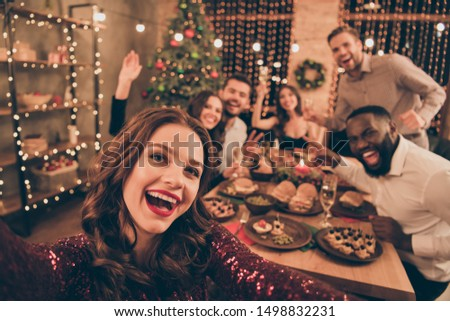 Close up photo of cheerful fellows in formal wear sit around  table enjoy christmas party x-mas holidays making selfie in house full of noel decoration Foto stock ©