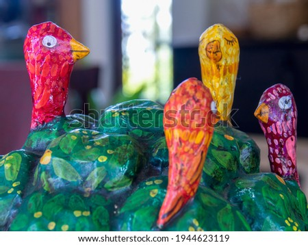 Close-up photography of papier-mâché birds on a tree used as a decoration in a farm near the colonial town of Villa de Leyva, Colombia. Foto d'archivio ©