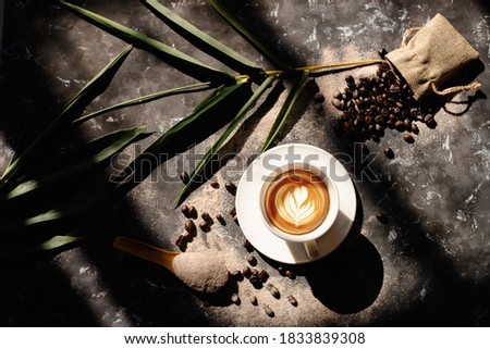 Close up shot of white coffee cup, hot cappuccino with heart-shaped latte art and flowers, food and drink concept. Foto stock ©