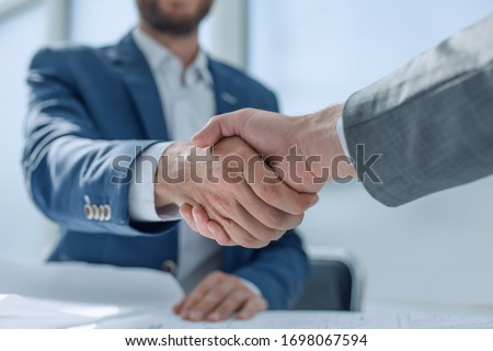 close up. young business people shaking hands. Foto stock ©